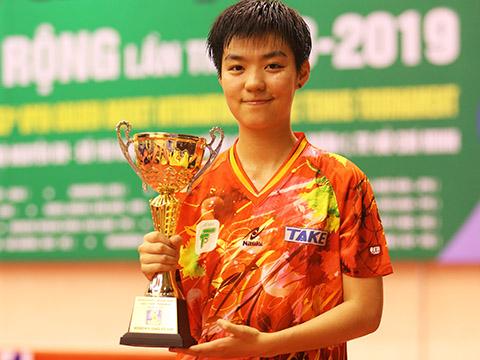Sun Chen khoe danh hiệu vô địch đơn nữ Cây vợt vàng 2019 với đội nữ TP.HCM. Ảnh: Lê Giang