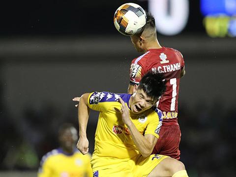 """Công Thành ghi điểm ở trận đấu được xem như """"chung kết V-League 2019"""" với HLV Park Hang Seo dự khán. Ảnh: VPF"""