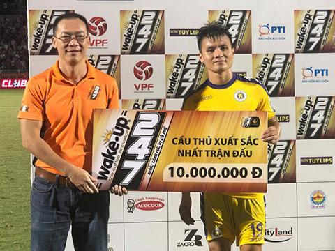 Quang Hải nhận giải Cầu thủ xuất sắc nhất trận đấu với TP.HCM. Ảnh: VPF
