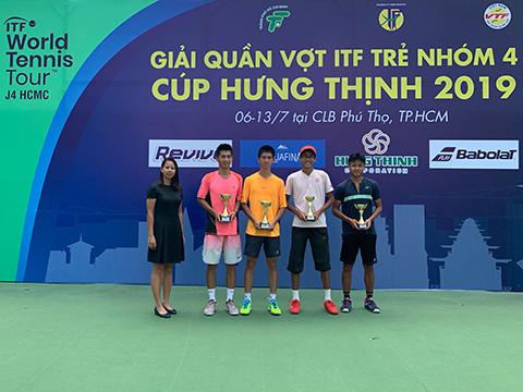 Bà Nguyễn Thị Kiều Mỹ - Tổng thư ký Liên đoàn quần vợt TP.HCM trao giải nội dung đôi nam. Ảnh: TN