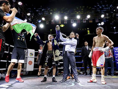 Võ sĩ người Uzbekista - Nazarov Olimjon đánh bại đối thủ để vô địch hạng Flyweight. Ảnh: BM