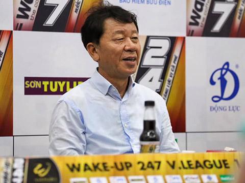 HLV Chung Hae Soung cảm ơn các học trò đã nỗ lực tối đa. Ảnh: VPF