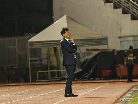HLV Chung Hae Sounh như chết lặng sau bàn thua phút bù giờ cuối cùng của đội nhà tối 4/8. Ảnh: TPHCM