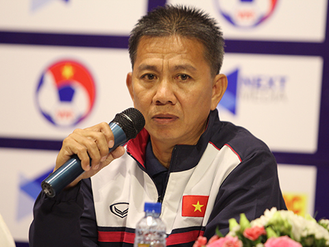 HLV Hoàng Anh Tuấn không khỏi thất vọng với thất bại của đội nhà. Ảnh: VFF