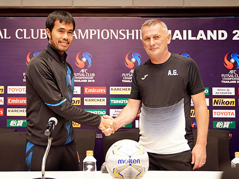 HLV Phạm Minh Giang và HLV Denis Petrov của AMGK trước trận đấu. Ảnh: TD