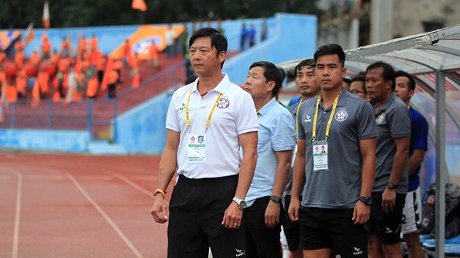 HLV Lê Huỳnh Đức chỉ trích nặng nề HAGL ở Pleiku vòng 22. Ảnh: VPF