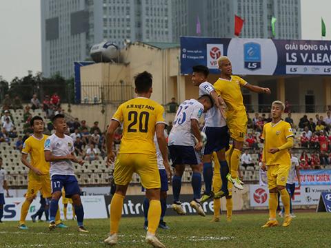 Hồng Lĩnh Hà Tĩnh (vàng) để thua trước Huế chiều 24/8 khiến họ chưa thể vô địch sớm 3 vòng đấu. Ảnh: VPF