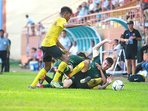 U18 Australia (xanh) ngã ngựa trước U18 Malaysia đúng kịch bản để loại U18 Việt Nam. Ảnh: VFF
