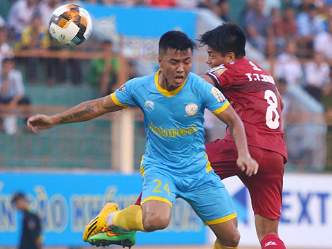 TP.HCM (đỏ) thua đau Sanna Khánh Hòa BVN ở trận cầu lẽ ra họ phải có 3 điểm để đua vô địch với Hà Nội. Ảnh: VPF