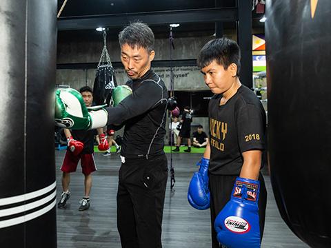 Võ sĩ Thu Nhi đang tích cực tập luyện cùng cố vấn chuyên môn Kim Sang Bum để hướng tới giải đấu. Ảnh: Anh Tú