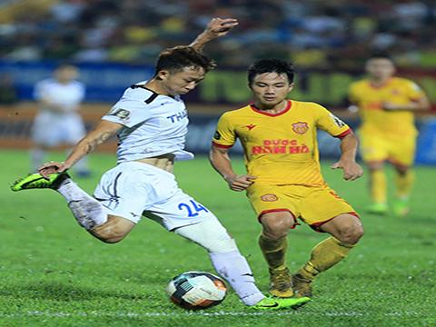 Ngọc Quang từng bị chỉ trích dữ dội ở trận hoà DNH Nam Định vòng 19 V-League 2019. Ảnh: VPF
