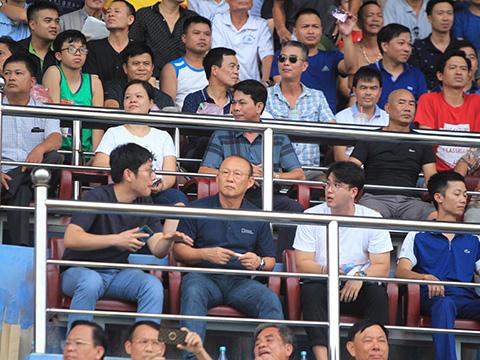 HLV Park Hang Seo sẽ không khó rút gọn danh sách 23 người sang Thái Lan nếu Văn Hậu và Trọng Hoàng không kịp hồi phục. Ảnh: VPF