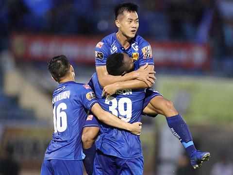 Samson (39) tiếp tục gieo sầu cho TP.HCM bằng cú đúp bàn thắng cho Quảng Nam trận này. Ảnh: VPF
