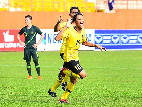 Sự hời hợt ở khâu phòng ngự U18 Australia cùng tốc độ của tiền đạo trẻ Luqman giúp số 10 của Malaysia lập cú đúp vào lưới đối thủ chỉ sau 20 phút hiệp 1. Ảnh: VFF