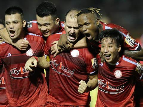 Hữu Tuấn (trái) là một trong những trung vệ hay nhất V-League hiện tại. Ảnh: VPF