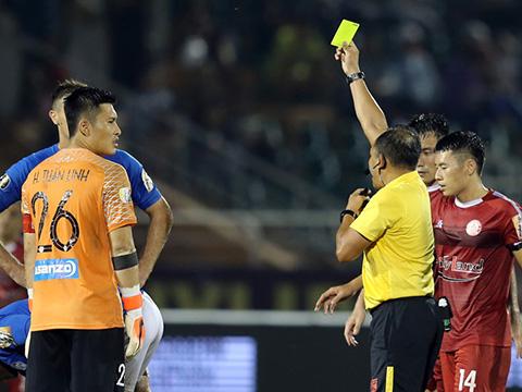 HLV Phan Thanh Hùng đã chê trách các học trò đã chơi ngớ ngẩn trong hiệp 1. Ảnh: VPF