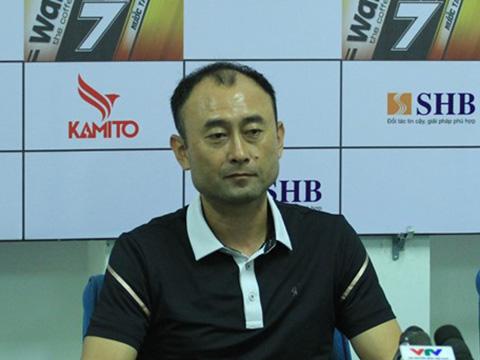 HLV Lee Tae Hoon kêu gọi các học trò siết tay nhau đoàn kết để tránh rớt hạng. Ảnh: VPF