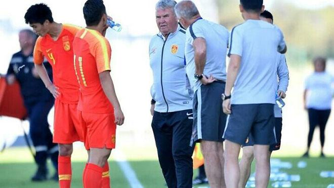 HLV Guus Hiddink có vẻ bất lực với cầu thủ U22 Trung Quốc. Ảnh: Sohu