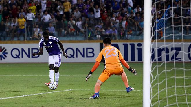 Pha dứt điểm hỏng ăn của Omar, một trong những nguyên nhân khiến Hà Nội không thể đánh bại đối thủ trận này. Ảnh: Hoà Nguyễn