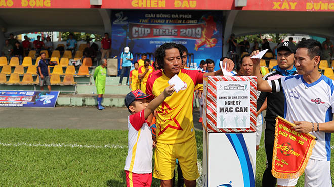 Ca sĩ Lý Hải (trắng) cùng các đồng nghiệp, cầu thủ, phóng viên... cùng đá bóng gây quỹ ủng hộ nghệ sĩ Mạc Can chiều 29/9 tại sân Đầm Sen TP.HCM. Ảnh: Đức Đồng