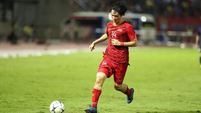 Tuấn Anh đã hạn chế tối đa khả năng giữ bóng của cầu thủ nguy hiểm nhất bên phía Thái Lan là Chanathip. Ảnh: Hoàng Linh