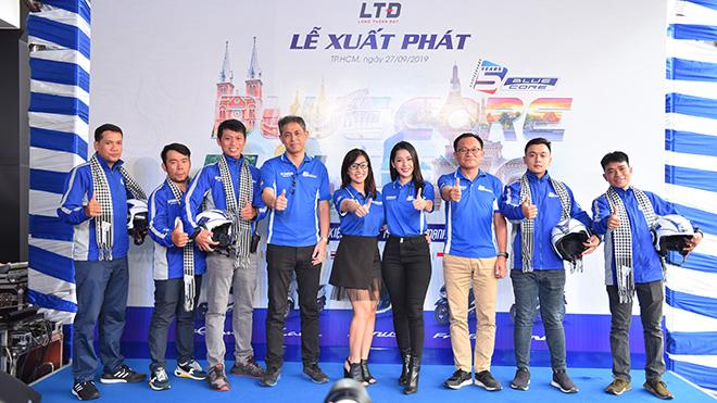 Ca sĩ Chi Pu cùng các VĐV bắt đầu hành trình chinh phục ASEAN BLUE CORE Touring. Ảnh: Phu Linh