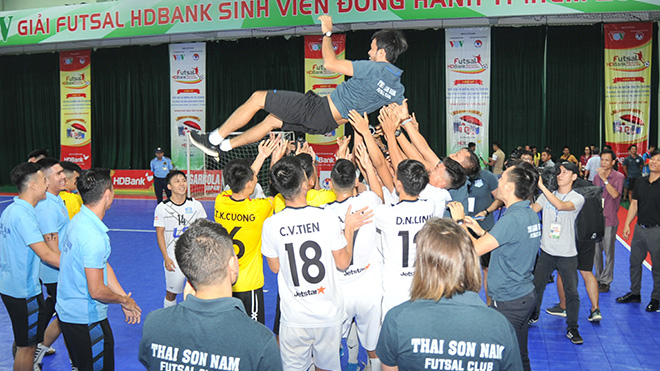 Thầy trò HLV Phạm Minh Giang ăn mừng chức vô địch lần thứ 4 liên tiếp. Ảnh: Zũ Zệ An