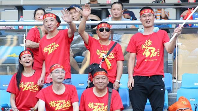 CĐV Trung Quốc không khỏi bất bình với HLV Hiddink. Ảnh: Sohu
