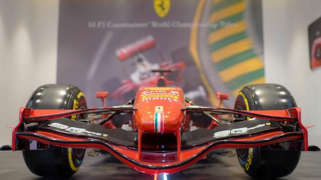 Chiếc siêu xe công thức 1 Ferrari huyền thoại trị giá khoảng 15 triệu USD được trưng bày tại TP.HCM ngày 16/10. Ảnh: Thanh Quân