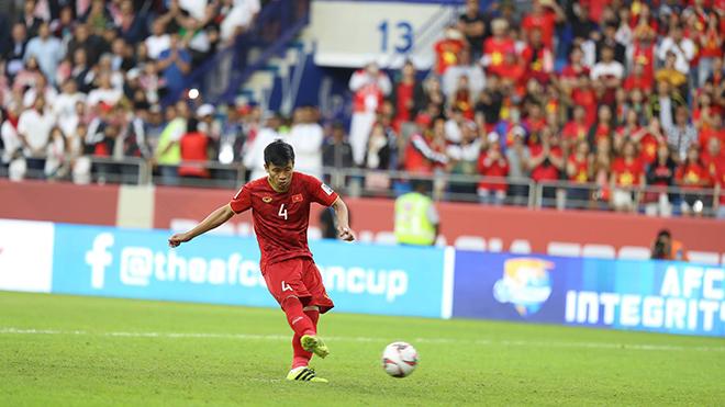 Tiến Dũng thực hiện quả 11m quyết định đánh bại Jordan ở Asian Cup 2019. Ảnh: Hoàng Linh