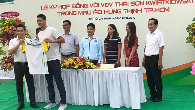 Tay vợt Thái Sơn và Tổng giám đốc Tập đoàn Hưng Thịnh Nguyễn Đình Trung trao tặng áo đấu chiều 19-10 tại TP.HCM. Ảnh: TN