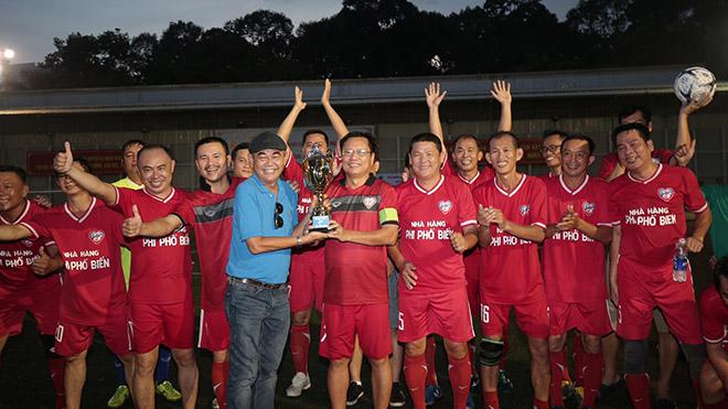 NSND Việt Anh trao chức vô địch cho đội Cựu Sinh viên TP.HCM sau thắng lợi 2-1 trong trận chung kết. Ảnh: Dũng Phương