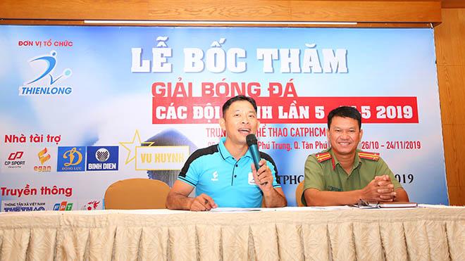 Giám đốc công ty Thể thao Thiên Long công bố điều lệ giải đấu sáng 24/10. Ảnh: ĐV