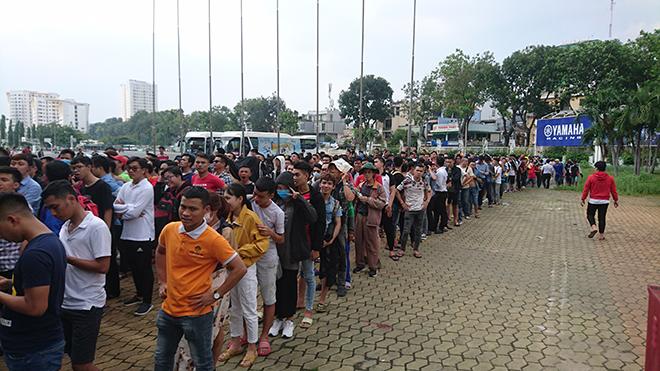 Hàng ngàn CĐV Sài thành xếp hàng dài để mong vào Nhà thi đấu Phú Thọ chứng kiến trận đấu giữa futsal Việt Nam và Thái Lan chiều 25/10