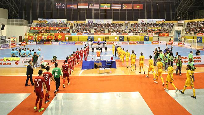 Việt Nam (đỏ) có chiến thắng lịch sử trước Australia tối 21/10 để tạm nhất bảng B sau vòng 1