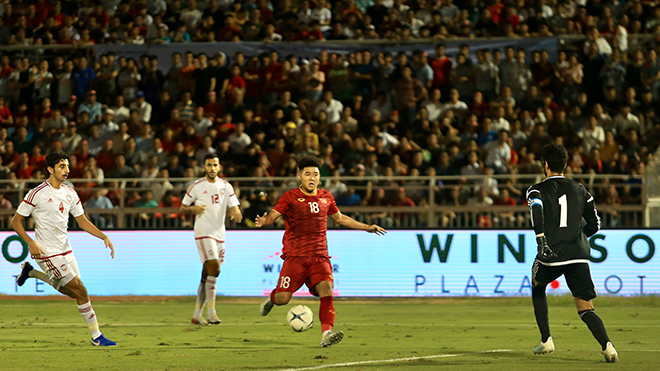 Đức Chinh dễ dàng ghi bàn gỡ 1-1 cho U22 Việt Nam sau sai lầm của thủ môn U22 UAE tối 13-10. Ảnh: Lê Giang