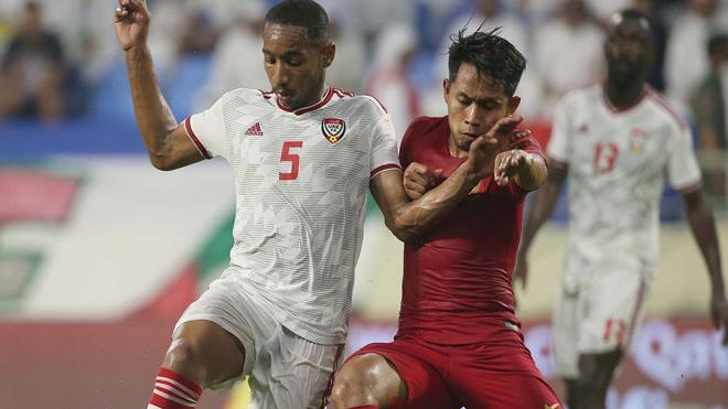Indonesia (đỏ) đại bại cả 3 trận vòng bảng vừa qua với 11 bàn thua, trong đó, họ thất bại 0-5 trước UAE (trắng) tối 10-10 vừa qua
