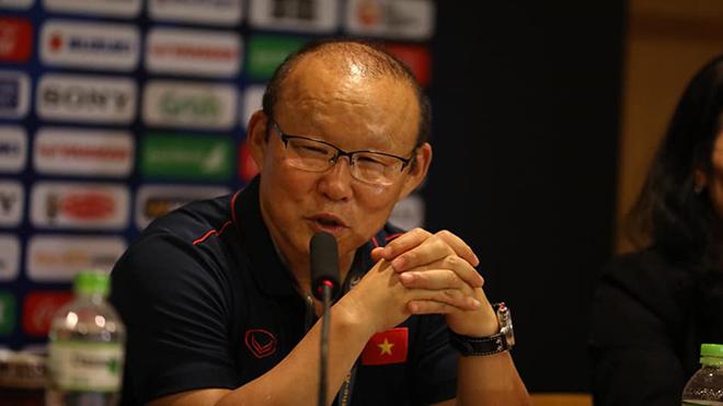 HLV Park Hang Seo thực sự rất căng thẳng sau thời gian dài dẫn dắt cả hai đội tuyển. Ảnh: Hoàng Linh