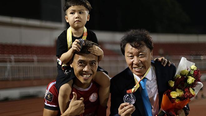 HLV Chung Hae Soeng được thưởng hợp đồng mới cùng ngày với HLV Park Hang Seo. Ảnh: TPHCM