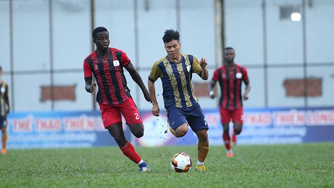 Hoàng Sang Quận 5 và African Team Việt Nam cần chân nhau 0-0 sau hai hiệp chính ở trận bán kết 2. Ảnh: Hoàng Tùng