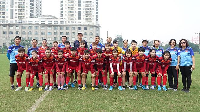 Đội tuyển nữ Việt Nam cùng hô vang quyết tâm vô địch ở buổi tập trước giờ lên đường sáng 22/11. Ảnh: HT