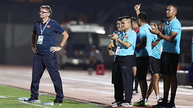 HLV Troussier hài lòng về các học trò khi cầm hoà U19 Nhật Bản. Ảnh: VFF