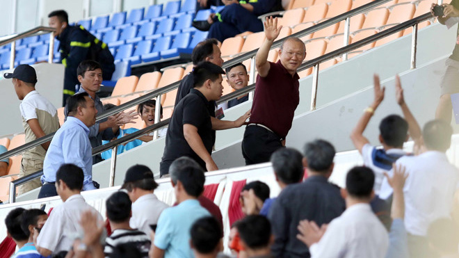 HLV Park Hang Seo dự khán một giải đấu giao hữu của cầu thủ trẻ và được CĐV chào đón. Ảnh: Khả Hoà