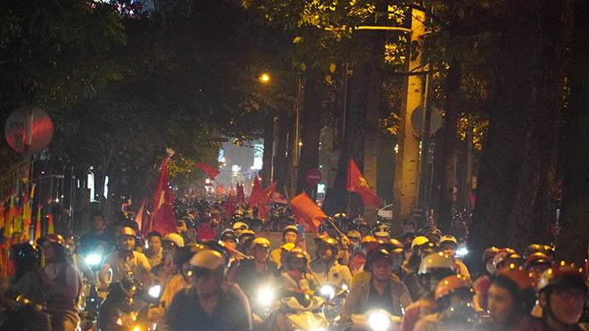 CĐV TPHCM xuống đường ăn mừng tấm HCV SEA Games của U22 Việt Nam