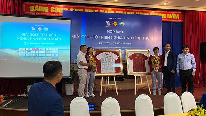 Thủ tướng Nguyễn Xuân Phúc tặng áo đấu gây quỹ giúp đội tuyển nữ Việt Nam