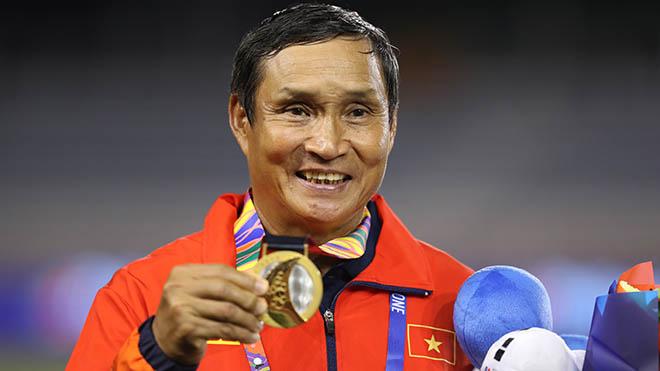 Cũng như HLV Park Hang Seo, HLV Mai Đức Chung đã được tặng phần thưởng lớn một chiếc ô tô trị giá hơn 1,3 tỷ đồng. Ảnh: Hoàng Linh