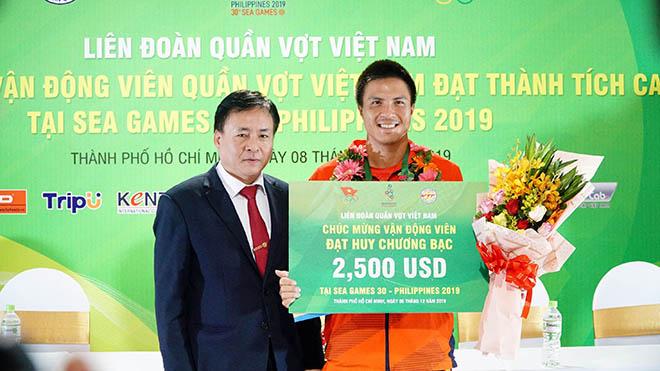 Daniel Nguyễn nhận 2.500 USD với tấm HCB. Ảnh: TT