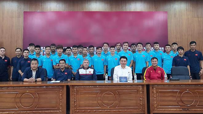 Đây là lần đầu tiên HLV Dương Hồng Sơn được dẫn dắt một đội tuyển trẻ Việt Nam. Ảnh: VFF