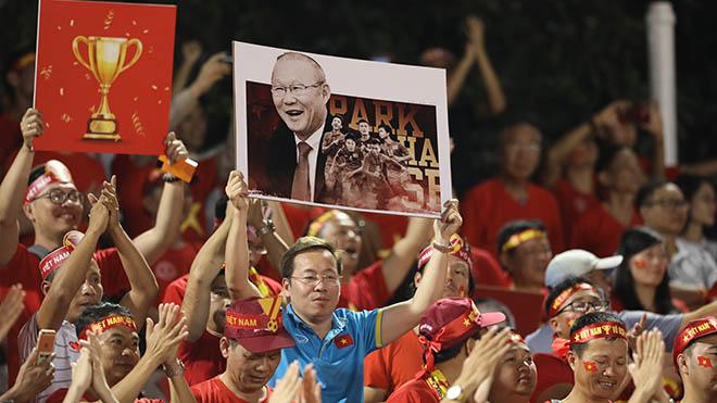CĐV Việt Nam rất yêu mến HLV Park Hang Seo - kiến trúc sư mang về nhiều chiến tích cho nền bóng đá. Ảnh: Hoàng Linh