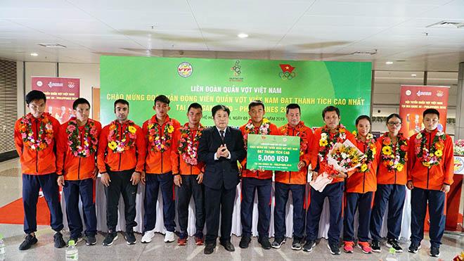 Đội tuyển quần vợt Việt Nam nhận thưởng ngay sau khi về nước trưa 8-12. Ảnh: TT